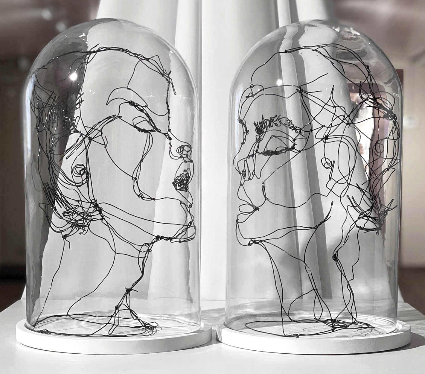 El beso 2020 - the kiss 2020 - wire art sculpture by Angeles Nieto